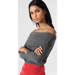 NA-KD Sweter z lekkiej dzianiny z odkrytymi ramionami - Grey. Szare swetry oversize damskie NA-KD, z dzianiny. Za 52,95 zł.