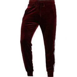 Spodnie dresowe męskie: Liquor N Poker VELOUR SPORTSTRIPE Spodnie treningowe burgundy