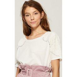T-shirt z aplikacją na rękawach - Kremowy. Białe t-shirty damskie Sinsay, l, z aplikacjami. W wyprzedaży za 19,99 zł.