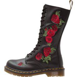 Dr. Martens VONDA 14 EYE BOOT Kozaki sznurowane black/rose. Czarne buty zimowe damskie Dr. Martens, z gumy. Za 779,00 zł.