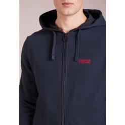Barbour International™ ESSENTIAL HOODY Bluza rozpinana navy. Niebieskie bluzy męskie rozpinane Barbour International™, m, z bawełny. Za 539,00 zł.