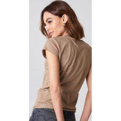 NA-KD Basic T-shirt z surowym wykończeniem - Brown,Beige. Różowe t-shirty damskie marki NA-KD Basic, z bawełny. Za 52,95 zł.