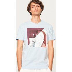 T-shirt z nadrukiem Sail away - Niebieski. Niebieskie t-shirty męskie z nadrukiem marki Reserved, l. W wyprzedaży za 29,99 zł.