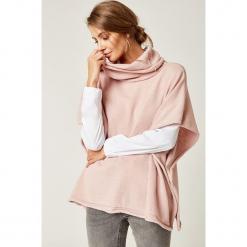 Sweter w kolorze jasnoróżowym. Czerwone swetry klasyczne damskie marki SCUI. W wyprzedaży za 159,95 zł.