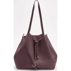 Torebka typu worek - Fioletowy. Czarne torebki worki marki Kazar, w paski, ze skóry, z tłoczeniem, z frędzlami. W wyprzedaży za 99,99 zł.