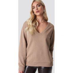 NA-KD Basic Bluza basic z dekoltem V - Brown,Beige. Brązowe bluzy rozpinane damskie NA-KD Basic. Za 100,95 zł.