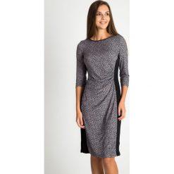 Sukienka ze zwierzęcym nadrukiem QUIOSQUE. Czarne sukienki balowe marki QUIOSQUE, z motywem zwierzęcym, z dzianiny, z dekoltem na plecach, wyszczuplające. W wyprzedaży za 59,99 zł.