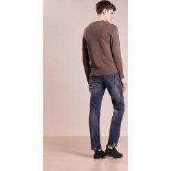 DRYKORN JAW Jeansy Slim Fit navy. Niebieskie jeansy męskie relaxed fit marki DRYKORN, m, z dekoltem karo. W wyprzedaży za 440,30 zł.