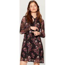 Sukienka w kwiaty z wiązaniem - Czarny. Białe sukienki z falbanami marki Reserved, l, z gorsetem, gorsetowe. Za 119,99 zł.