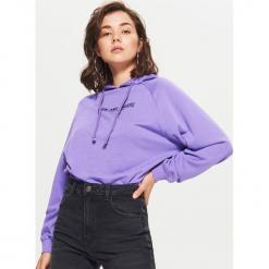 Bluza z nadrukiem - Fioletowy. Fioletowe bluzy rozpinane damskie Cropp, l, z nadrukiem. W wyprzedaży za 39,99 zł.