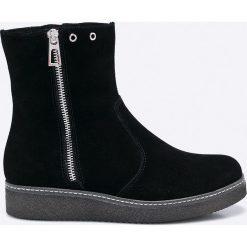Caprice - Botki. Czarne buty zimowe damskie Caprice, z gumy, z okrągłym noskiem, na obcasie. W wyprzedaży za 199,90 zł.