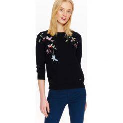 Swetry klasyczne damskie: SWETER Z HAFTEM