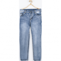 Spodnie. Niebieskie chinosy chłopięce TRAVELLER, z nadrukiem, z bawełny. Za 99,90 zł.