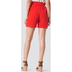Trendyol Szorty z wysokim stanem i paskiem - Red. Czerwone szorty damskie marki Trendyol, w paski, z poliesteru, z podwyższonym stanem. W wyprzedaży za 42,67 zł.