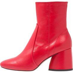 Intentionally Blank LUCK Botki red. Czerwone botki damskie skórzane marki Intentionally Blank, klasyczne. Za 899,00 zł.