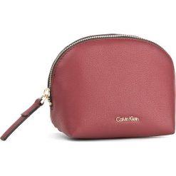 Kosmetyczka CALVIN KLEIN - Night Out Makeup Case K60K604129 618. Czerwone kosmetyczki męskie Calvin Klein, ze skóry ekologicznej. W wyprzedaży za 179,00 zł.