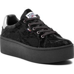 Sneakersy TOMMY JEANS - Crush Velvet Sneaker EN0EN00506 Black 990. Czarne sneakersy damskie Tommy Jeans, z jeansu. Za 399,00 zł.