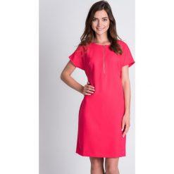 Sukienki: Różowa sukienka z dekoltem na zamek  QUIOSQUE