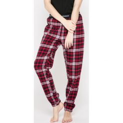 Emporio Armani - Spodnie piżamowe. Szare piżamy damskie marki Emporio Armani, l, z nadrukiem, z bawełny, z okrągłym kołnierzem. W wyprzedaży za 219,90 zł.