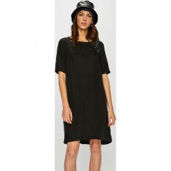Vila - Sukienka. Sukienki małe czarne Vila, na co dzień, l, z materiału, casualowe, z okrągłym kołnierzem, z krótkim rękawem, proste. Za 79,90 zł.