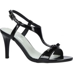 Czarne sandały szpilki lakierowane Jezzi SA124-1. Czarne sandały damskie Jezzi, z lakierowanej skóry, na szpilce. Za 79,99 zł.