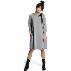 AMELIA Sukienka z wiązaniem pod szyją - szara. Szare sukienki z falbanami marki BE, s, z kontrastowym kołnierzykiem. Za 154,90 zł.