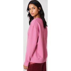 NA-KD Basic Bluza basic z dekoltem V - Pink. Różowe bluzy damskie marki NA-KD Basic, prążkowane. W wyprzedaży za 50,48 zł.
