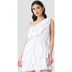 Linn Ahlborg x NA-KD Sukienka z falbankami - White. Białe sukienki mini Linn Ahlborg x NA-KD, z falbankami. Za 283,95 zł.