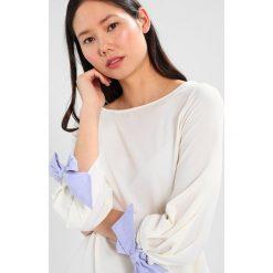 Bluzki asymetryczne: Cortefiel KNOT DETAIL IN CUFFS Bluzka z długim rękawem white