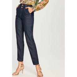 Jeansy z wysokim stanem - Granatowy. Niebieskie spodnie z wysokim stanem marki Reserved, z jeansu. W wyprzedaży za 59,99 zł.