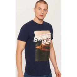 T-shirt z fotonadrukiem - Granatowy. Niebieskie t-shirty męskie House, l. W wyprzedaży za 19,99 zł.