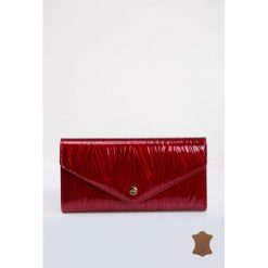 Torebki klasyczne damskie: Lakierowany portfel z subtelnym wzorem