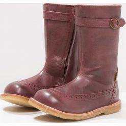Bisgaard Kozaki plume. Fioletowe buty zimowe damskie marki Bisgaard, z materiału, na wysokim obcasie. W wyprzedaży za 356,30 zł.
