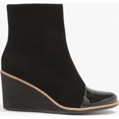 Botki damskie lity: Czarne botki na koturnie z lakierowanym noskiem