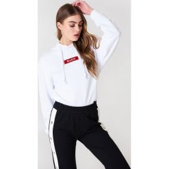 Bluzy damskie: NA-KD Trend Bluza z kapturem i logo NA-KD – White