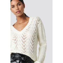 NA-KD Trend Sweter z dekoltem V - White,Offwhite. Białe swetry klasyczne damskie marki NA-KD Trend, z nadrukiem, z jersey, z okrągłym kołnierzem. Za 202,95 zł.
