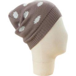 Czapka beanie w kolorze szarobrązowo-kremowym. Brązowe czapki zimowe damskie Codello, w kropki, z dzianiny. W wyprzedaży za 73,95 zł.