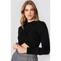 NA-KD Dzianinowy sweter kopertowy - Black. Czarne swetry klasyczne damskie marki NA-KD, z dzianiny, z kopertowym dekoltem. W wyprzedaży za 60,98 zł.