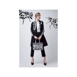Odzież damska: Czarny płaszcz z białą muchą