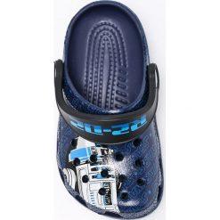 Crocs - Klapki dziecięce Star Wars. Szare klapki chłopięce marki Crocs, z gumy. W wyprzedaży za 119,90 zł.