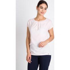 Bluzki damskie: Jasnoróżowa bluzka z zakładkami QUIOSQUE