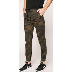 Jack & Jones - Spodnie Vega. Czarne joggery męskie marki Jack & Jones, l, z bawełny, z klasycznym kołnierzykiem, z długim rękawem. W wyprzedaży za 119,90 zł.