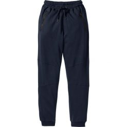 Spodnie dresowe Slim Fit bonprix ciemnoniebieski. Niebieskie rurki męskie bonprix, z aplikacjami, z dresówki. Za 59,99 zł.