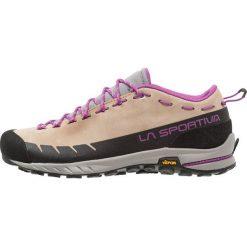 La Sportiva TX2 WOMAN Buty wspinaczkowe sand/purple. Białe buty trekkingowe damskie marki Nike Performance, z materiału, na golfa. Za 579,00 zł.