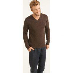 Swetry klasyczne męskie: Sweter w kolorze brązowym