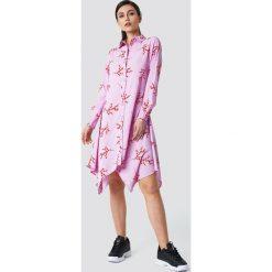 NA-KD Asymetryczna sukienka koszulowa midi - Pink,Multicolor. Różowe długie sukienki NA-KD, z poliesteru, z asymetrycznym kołnierzem, z długim rękawem, asymetryczne. W wyprzedaży za 97,17 zł.