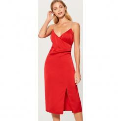 Satynowa sukienka z rozcięciem na udzie - Czerwony. Czerwone sukienki na komunię marki Mohito, z satyny. Za 149,99 zł.
