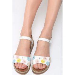 Białe Sandały Fetch Flower. Białe sandały damskie marki Born2be, z materiału, na obcasie. Za 79,99 zł.
