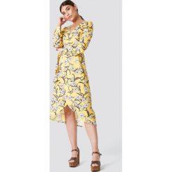 Rut&Circle Kopertowa sukienka w kwiaty - Multicolor,Yellow. Brązowe długie sukienki marki Mohito, l, z kopertowym dekoltem, kopertowe. W wyprzedaży za 60,89 zł.