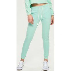 Spodnie dresowe damskie: Dresowe spodnie – Zielony